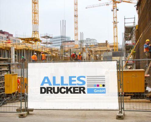 Werbeplane an Baustelle